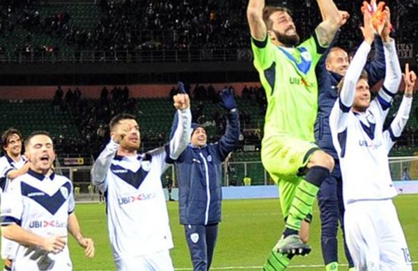 Serie B, il Brescia vince ancora al 90° e allunga sul Palermo. La classifica aggiornata