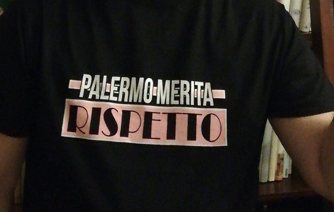 Questa la maglietta che indosseranno i tifosi rosanero a Roma